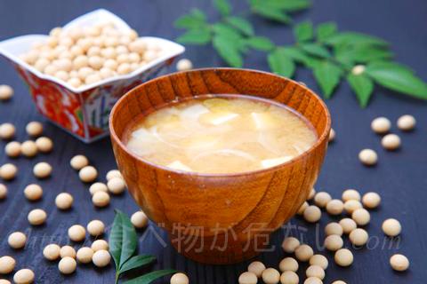 厚生労働省の研究では、味噌汁や大豆イソフラボンの摂取量が多いほど、乳がんリスクが低くなることが分かっています。